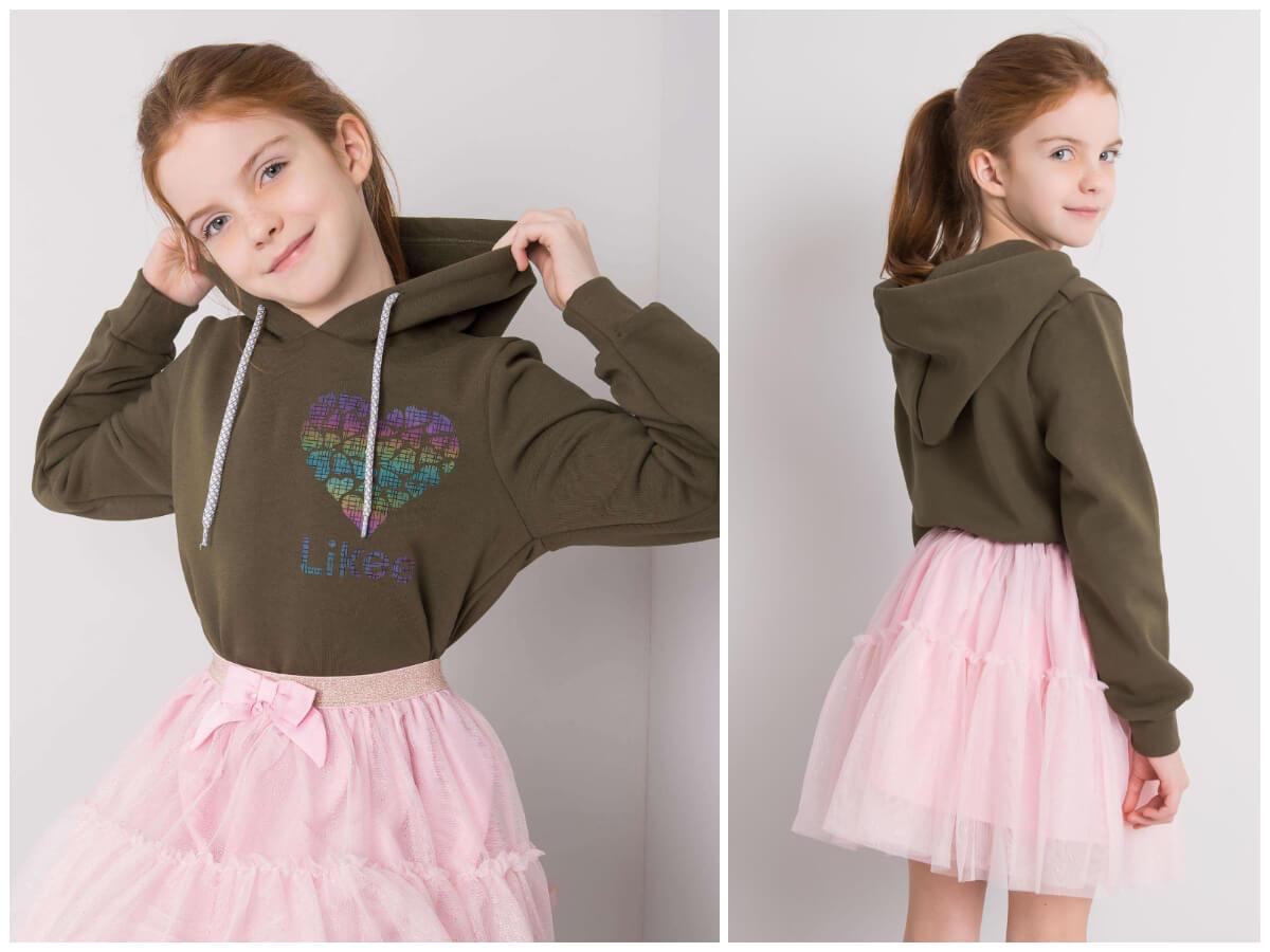 Modna i wygodna bluza z kapturem dla dziewczynki z wyprzedaży dziecięcych ubrań